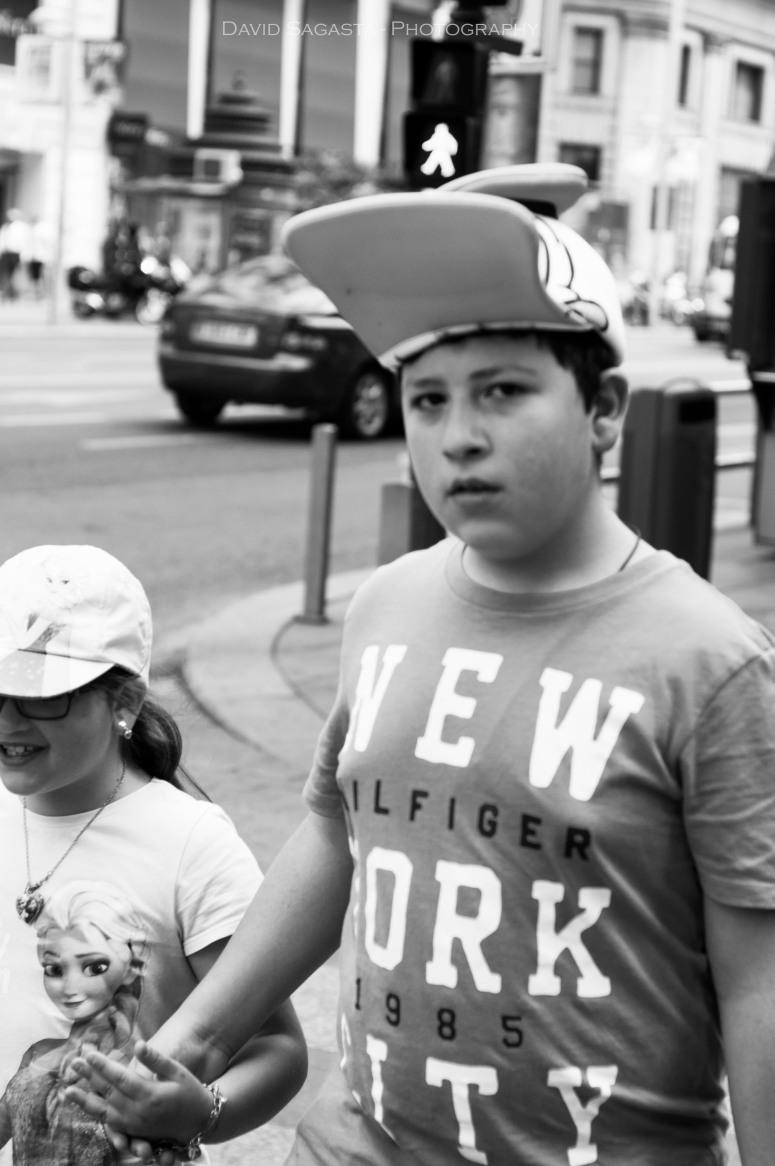 Chaval con gorra de Pato Donald B&N con firma