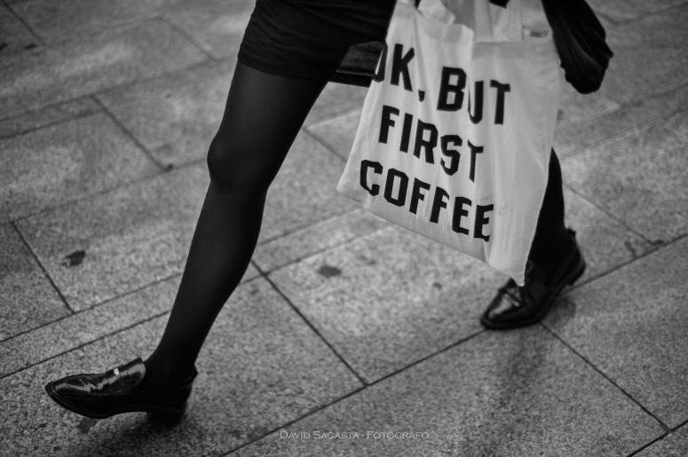 Chica con bolsa y piernas cofee B&N con firma