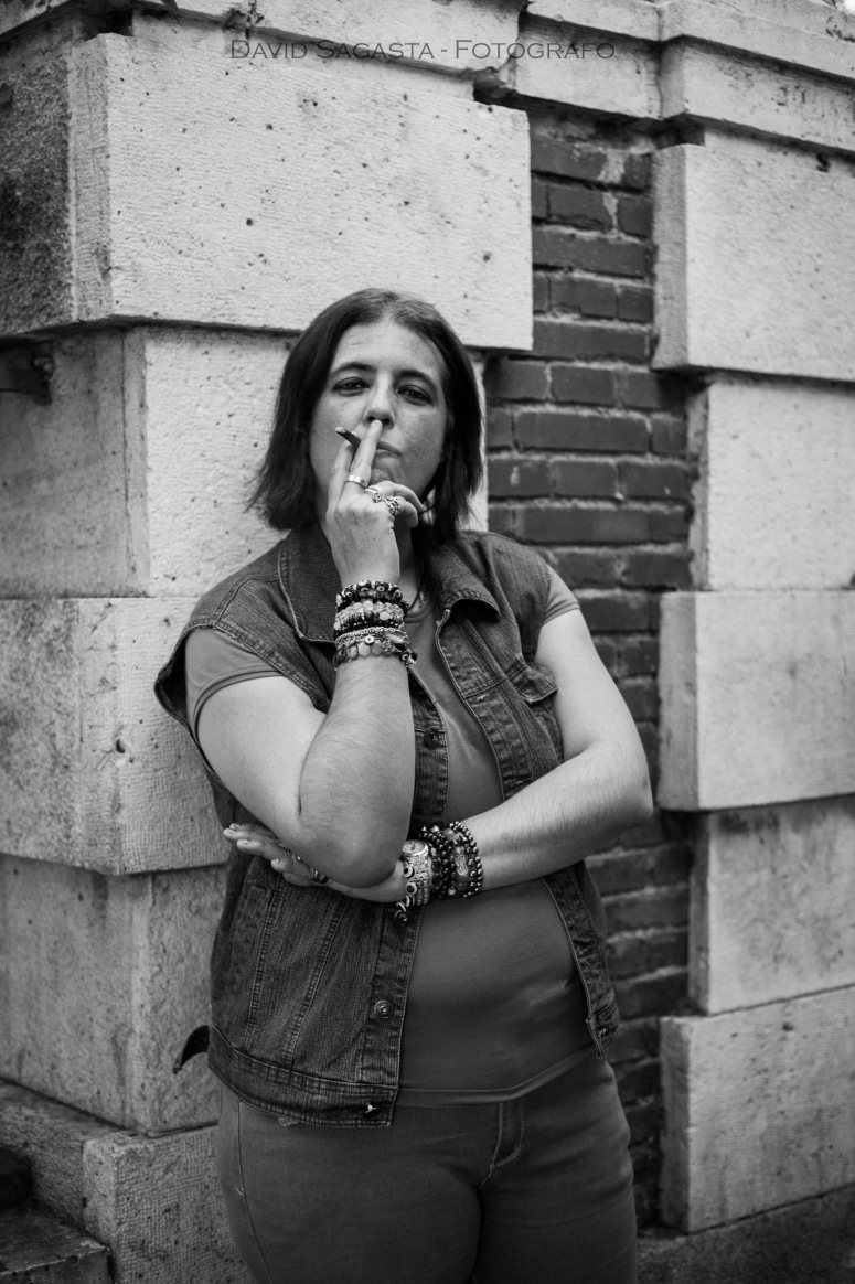 Chica fumando B&N con firma