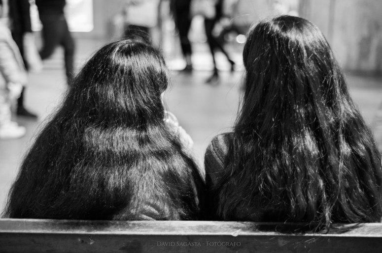Dos chicas con el pelo largo B&N con firma