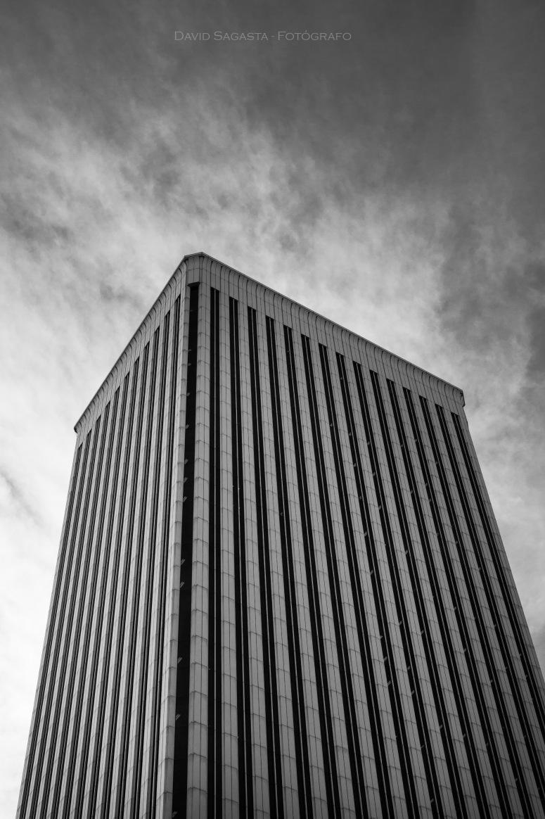 Edificio y cielo B&N con firma