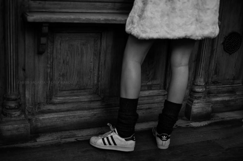 Piernas de chica con Adidas B&N con firma