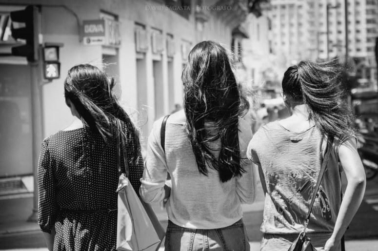 Tres chicas con el pelo largo B&N con firma